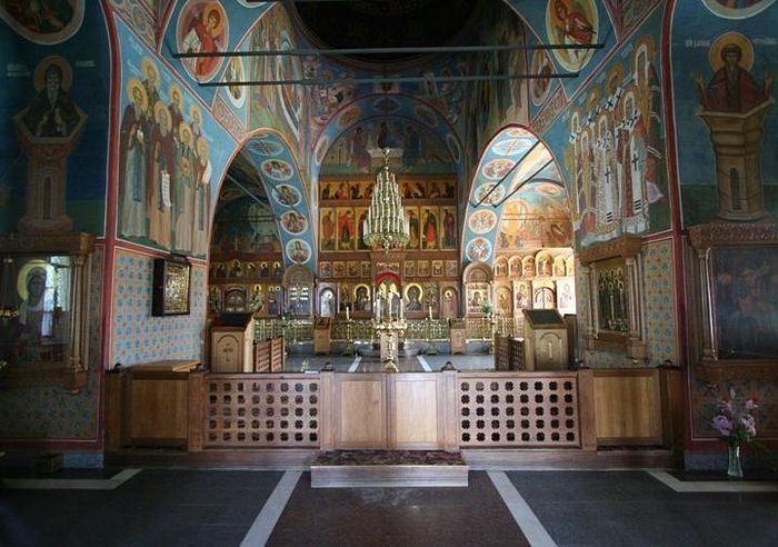Казанский храм. Здесь находятся мощи старцев