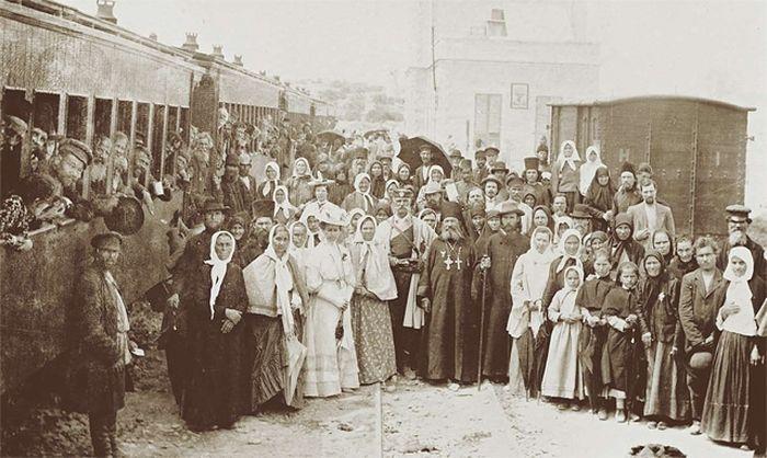 Группа русских паломников после прибытия на железнодорожную станцию в Иерусалиме