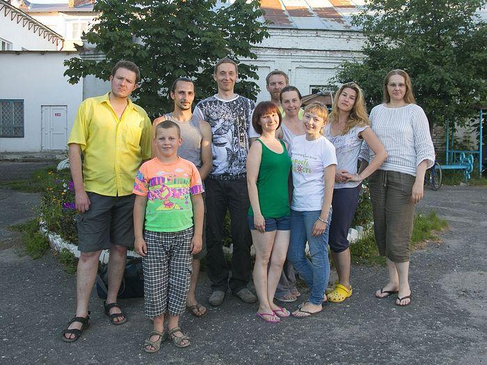 Волонтеры во дворе дома престарелых