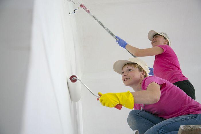 Юля и Надя красят стены