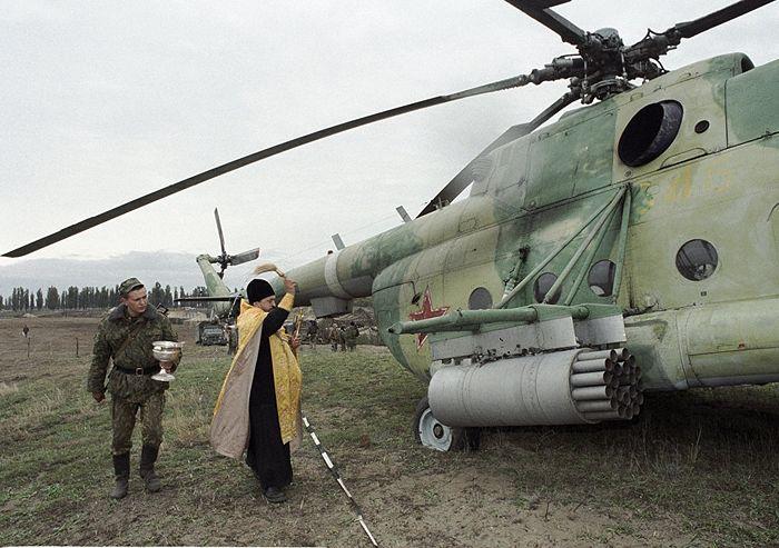 Отец Константин освящает вертолет МИ - 8. Фото: РИА Новости / Владимир Вяткин