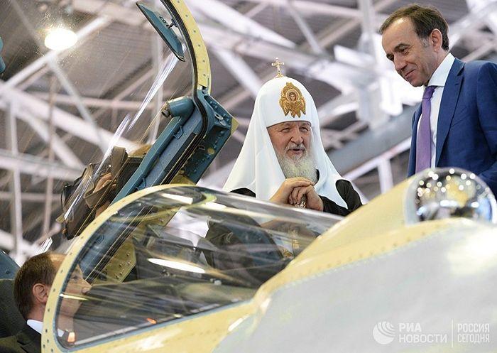 Патриарх Московский и всея Руси Кирилл осматривает кабину боевого истребителя. Фото: РИА Новости / Сергей Пятаков