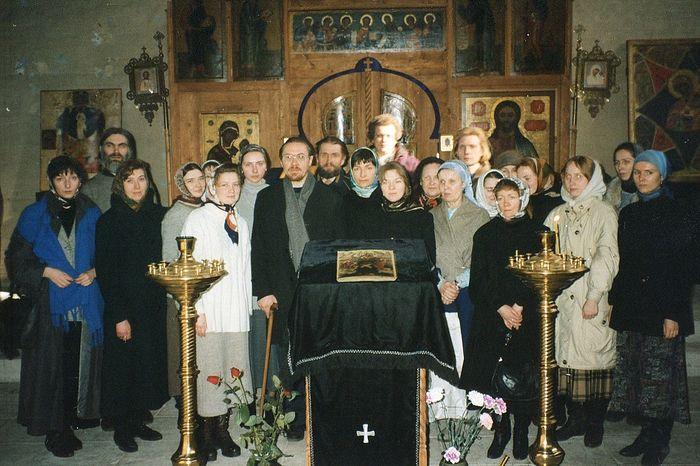 Иконописная мастерская в Сретенском монастыре. Середина 1990-х. Владимир Щербинин стоит с палочкой слева от аналоя