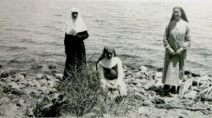 Sister Barbara (Tsvetkova), and the Anglican sisters Stella (Marion Robinson) and Catherine (Alexandra Sprot) on the Jordan, Feast of Theophany, 1933, the day when sisters Stella and Catherine first visited the Russian plot in Bethany. Photo: internetsobor.org