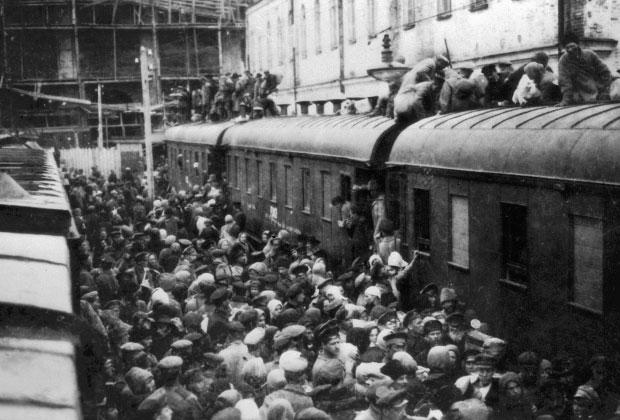 Посадка на поезд в 1918 г.