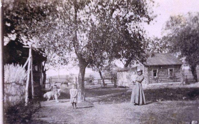 Отец Петр с детьми на прогулке во дворе своего дома в Буныреве. Около 1917 г.