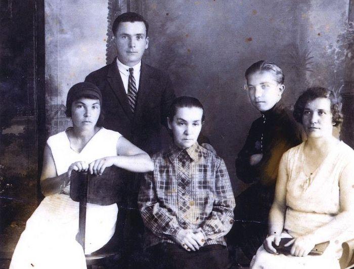 Семья отца Петра в середине 30-х годов XX века. Сидит в центре – матушка Анна Петровна, справа в форме – сын Владимир