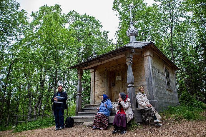 Паломники возле часовни на месте первого поселения Елеазара Анзерского. Фото: Сергей Бобылев/ТАСС