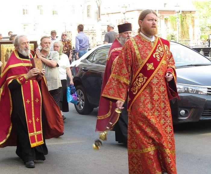Диакон Сергий Кривовичев во время крестного хода