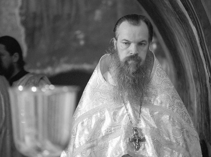 Тогда еще архимандрит Алексий. Крест, переданный по наследству теперь уже епископу Тихону (Шевкунову)