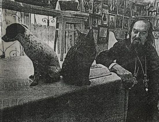 В келье старца (газетный снимок)