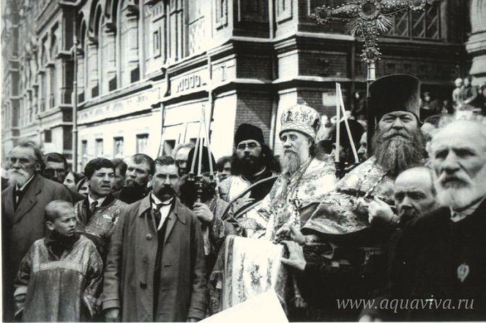 Патриарх Тихон на фоне Московского епархиального дома