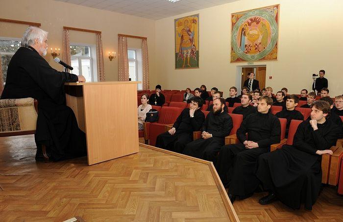 Протоиерей Ярослав Шипов и семинаристы