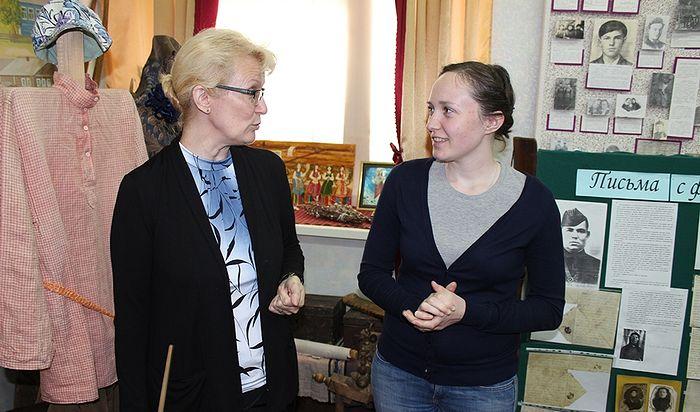 Ольга Александрова и Мария Сизганова в школьном музее