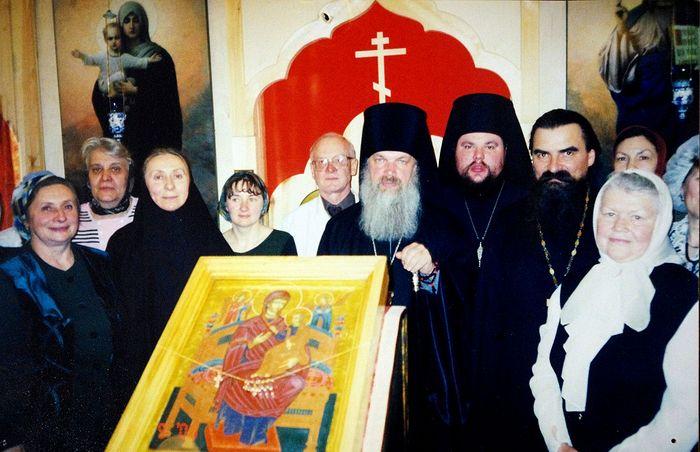 Владыка Алексий в домовом храме. Справа тогда еще иеромонах Паисий (Юрков)