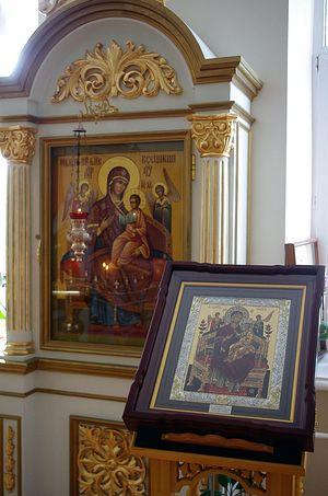 Икона «Всецарица» в домовом храме института П.А. Герцена. На аналое первый список. Фото Ольги Орловой