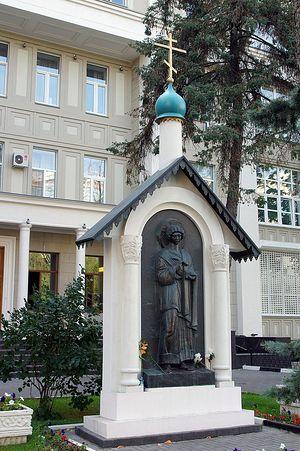 Скульптурный образ святителя Пантелеимона при входе в институт П.А. Герцена. Фото Ольги Орловой
