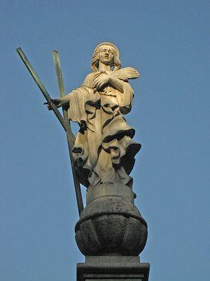 Статуя Santa Eulàlia, считавшейся ранее Хранительницей Барселоны, а теперь ставшей и Защищающей от терактов