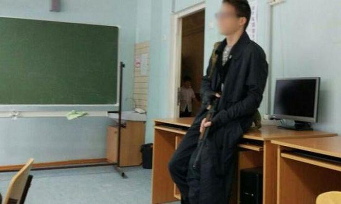 Михаил Певнев в родной школе в образе убийцы из школы «Колумбайн»