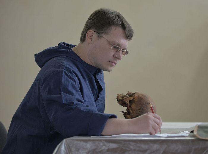 Денис Пежемский за работой над исследованием черепов из Илимска, Благовещенск, 2013 г.