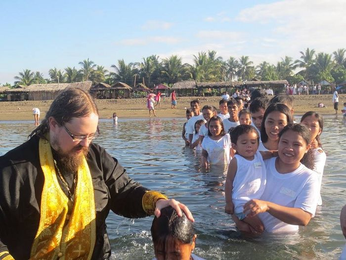 Fr. George Maximov celebrating a mass Baptism in the Philippines. Photo: orthomission.ru