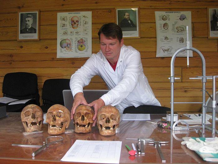 Антрополог Денис Пежемский в процессе работы с древними останками. Фото: Екатерина Макарова