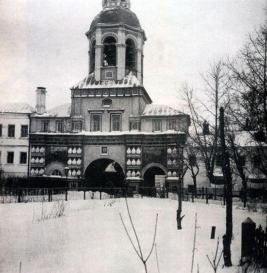 Двор Данилова монастыря. Надвратная церковь-колокольня. 1930-е гг. Фото с сайта oldmos.ru