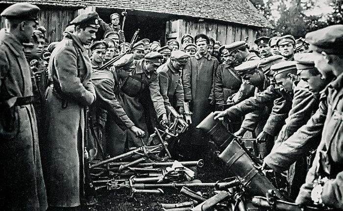 Солдаты армии генерала Корнилова сдают оружие. Август 1917 года. Фото: РИА Новости