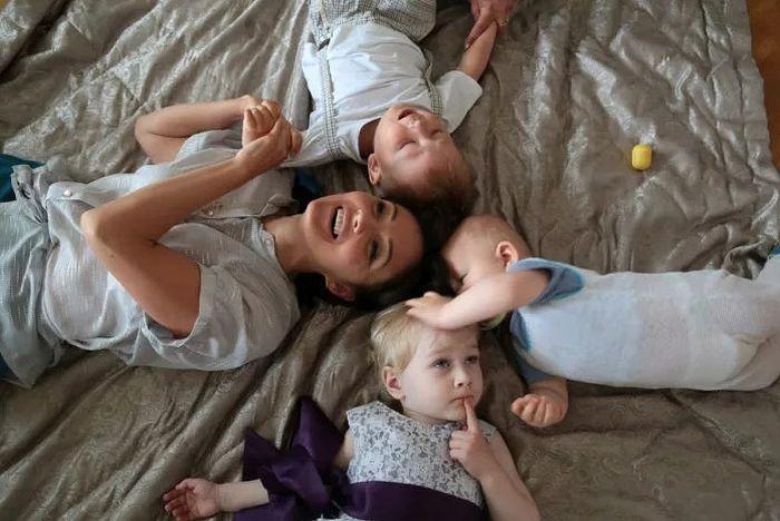 Елена Пискарева с детьми Таней, Колей и Лешей