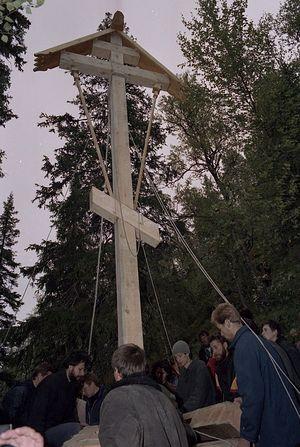 Установка первого креста на Секирной горе