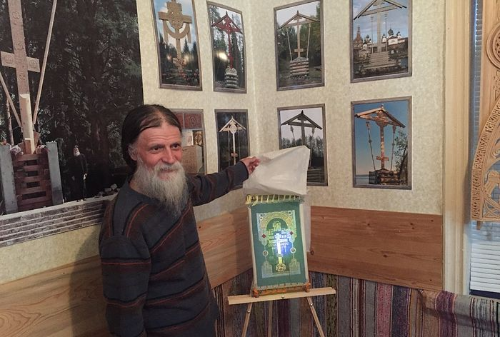 Георгий Кожокарь, фотографии установленных крестов и пример вышитого его супругой Креста