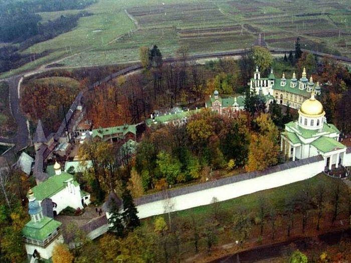 Псковско-Печерской монастырь с высоты птичьего полета. Фото: www.pskovo-pechersky-monastery.ru