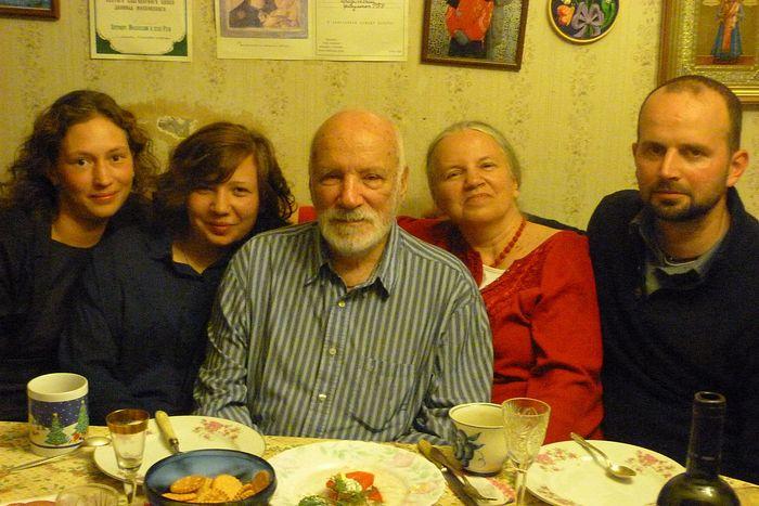 Виктор Николаевич Тростников с дочерью и внуками