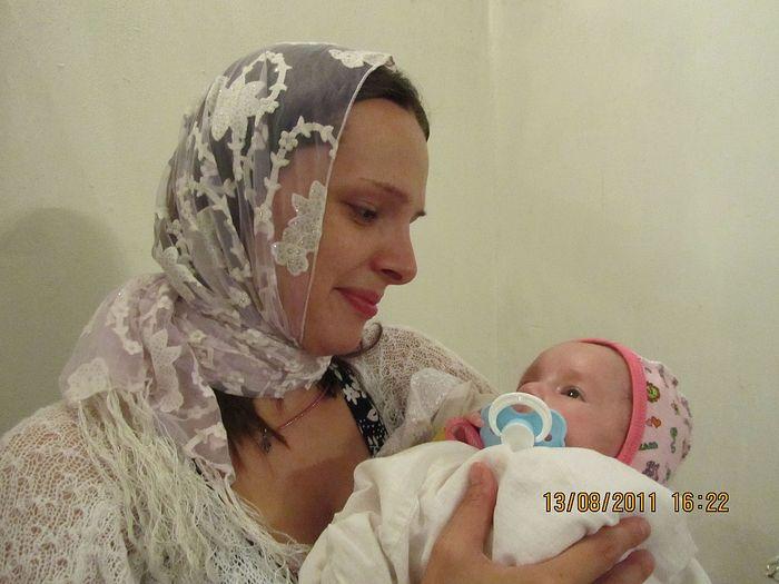 Крестины сохраненной Кати. Катя – 5-й ребенок в семье. Мама Татьяна (ей 31 год) первого своего ребенка родила в 16 лет. Подопечные фонда «Семья и детство»