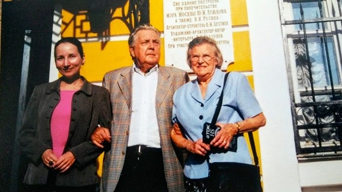 Е.Д. Руденко и Е.И. Зубарева в 2001 году, в гостях у великого художника И.С. Глазунова (фото из архива автора)