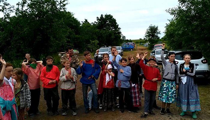 Участники лагеря. Руки подняли те, у кого братья и/или сёстры приезжали в «Русскую землю»