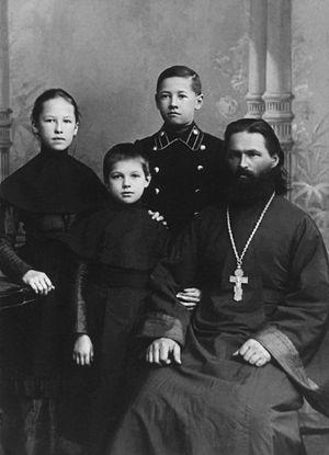 Священномученик Василий Соколов с детьми: Ниной, Антониной и Борисом