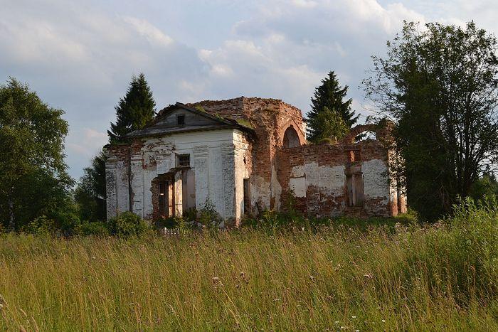 Руины сельского храма