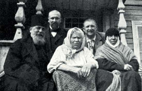 Blessed Pasha of Sarov (center) on the porch with Archimandrite Seraphim (Chichagov) and cell attendant Nun Seraphima. 1890s. Photo: nne.ru