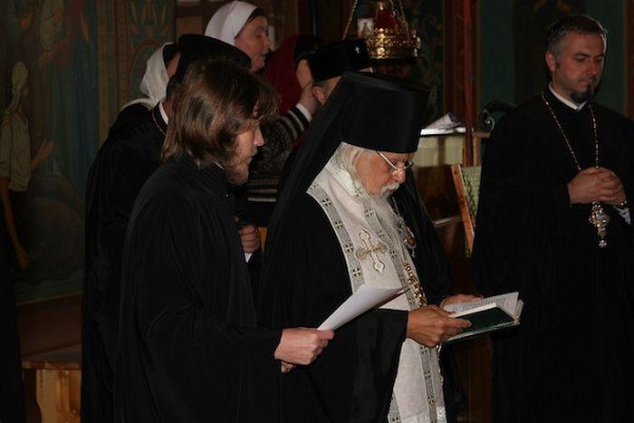 Епископ Пантелеимон совершает молебен в храме Святителя Алексия митрополита Московского