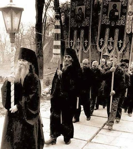Крестный ход в открывшейся Лавре. Монах Руф (Резвых; † 2009) и иеродиакон Игнатий, в схиме Иларион (Дзюбанин; † 2007)