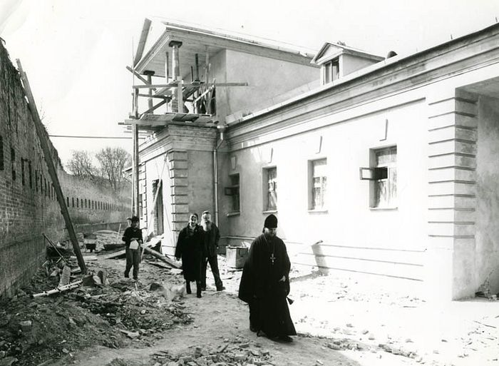 Наместник архимандрит Ионафан у 49-го корпуса (ныне – митрополия УПЦ), ноябрь 1988 г.