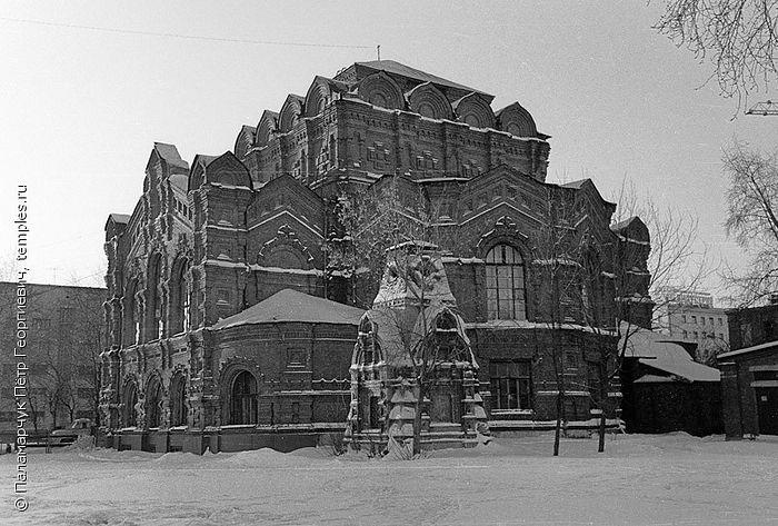 Спасский собор московского Скорбященского женского монастыря. По центру кадра - часовня над могилой монахини Рафаилы. 1979 год