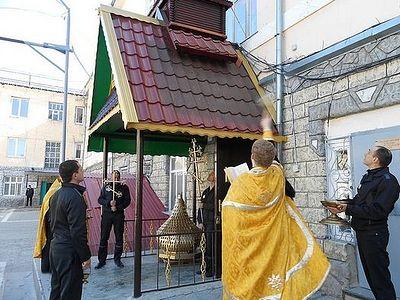 Заключенные в Ставропольском крае сами восстановили купол и кресты над храмом