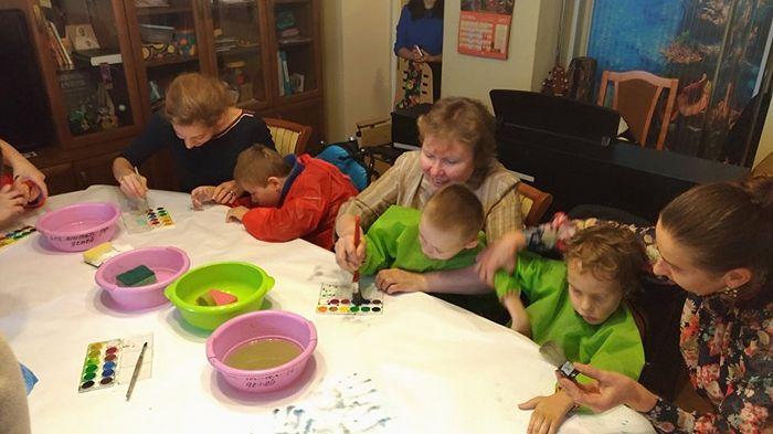 Урок рисования в детском саду для детей с ДЦП Марфо-Мариинской обители. Фото: РИА Новости / Мария шустрова