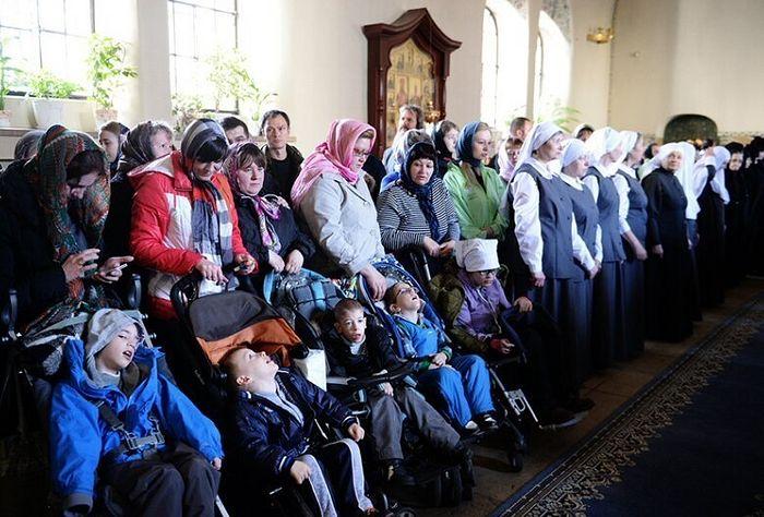 Дети с ДЦП на службе в храме Марфо-Мариинской обители. Фото предоставлено пресс-службой Марфо-Мариинской обители