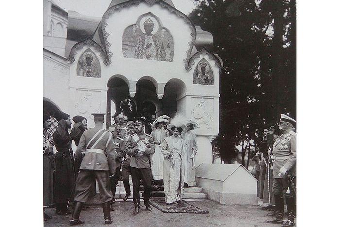 Царская семья выходит из Феодоровского государева собора, 1914 г.