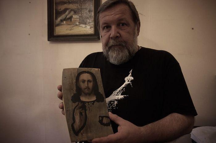 А. К. Светозарский с символом музея — обрубленной иконой Спасителя