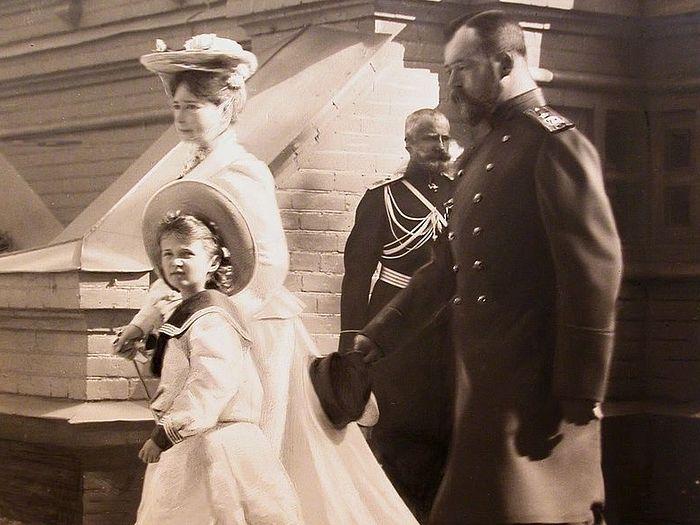 Император Николай II, императрица Александра Федоровна и великая княжна Ольга Николаевна у входа в монастырь Спасов Скит