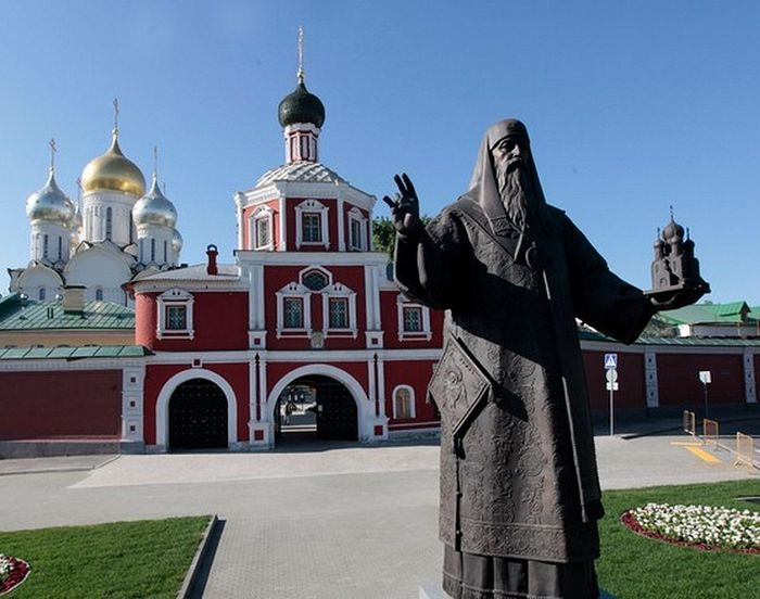 Памятник святителю Алексию в Зачатьевском монастыре, Москва.